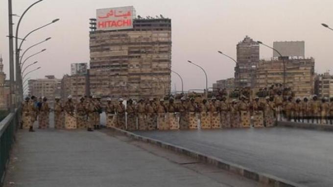 Ο στρατός μπλοκάρει την πρόσβαση στις πλατείες που συγκεντρώνονται οι Αδελφοί Μουσουλμάνοι  Αίγυπτο. Ένα πραξικόπημα μέσα στην επανάσταση